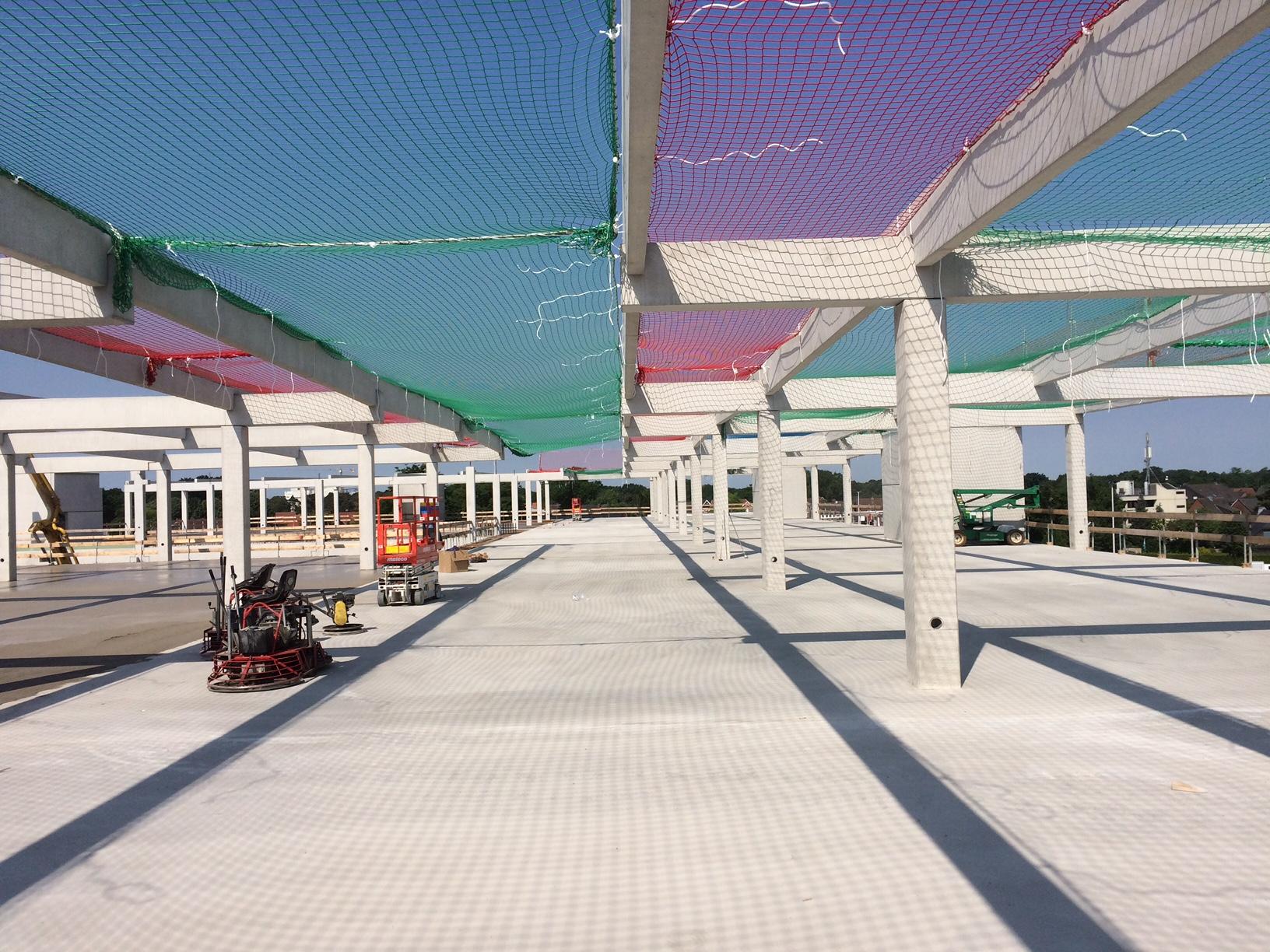 Auffangnetz zur Absicherung einer Stahlbetonkonstruktion im Rohbau