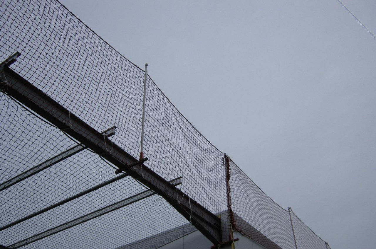 Randsicherung und Schutznetz an Stahlkonstruktion vor Himmel
