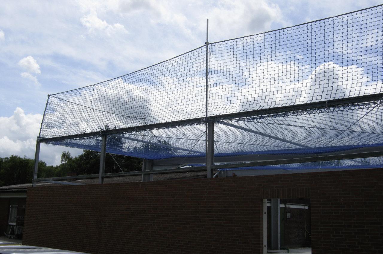 Randsicherung und Schutznetz an Stahlkonstruktion