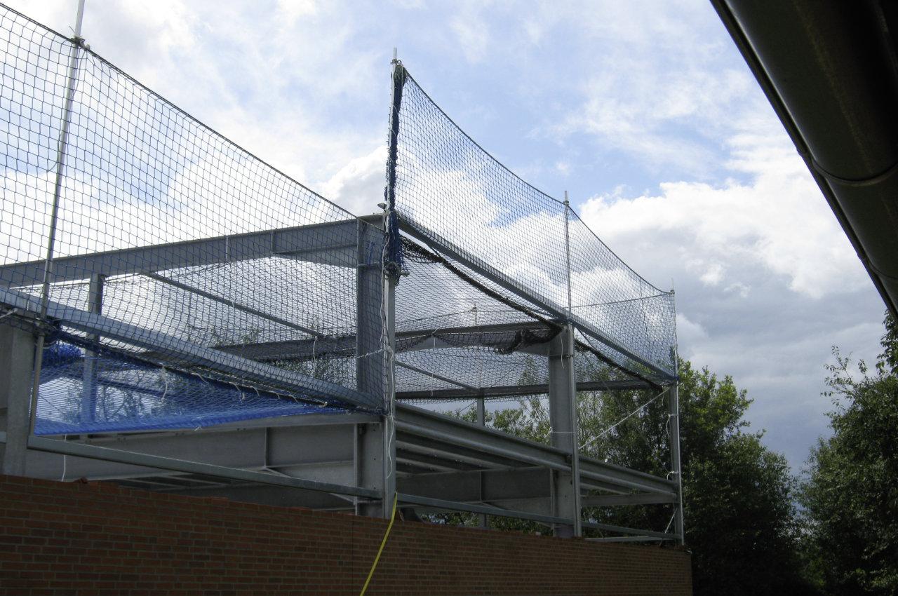 Randsicherung und Schutznetz an Stahlkonstruktion mit Höhenunterschied