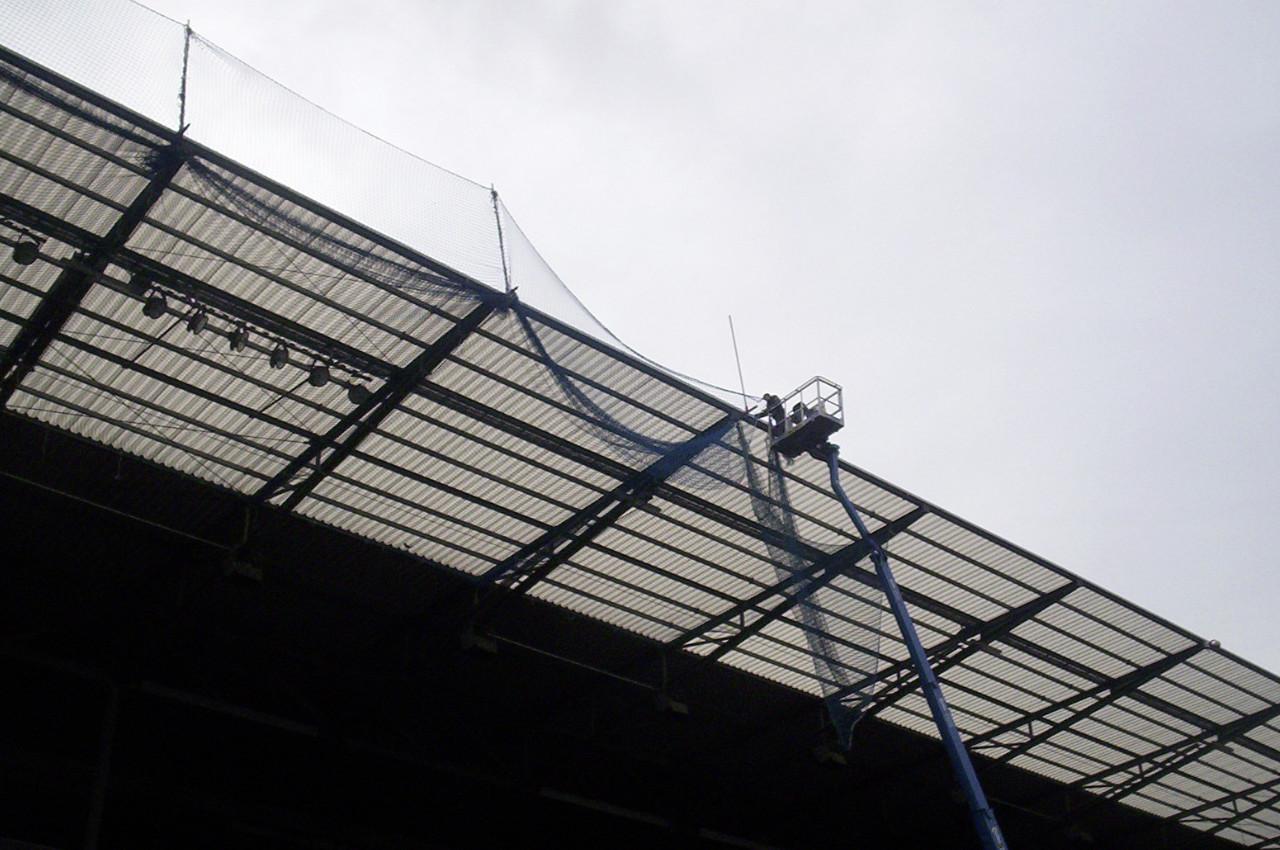 Anbringung Randsicherung von Weglage am Tribünendach des Millerntorstadions in St. Pauli