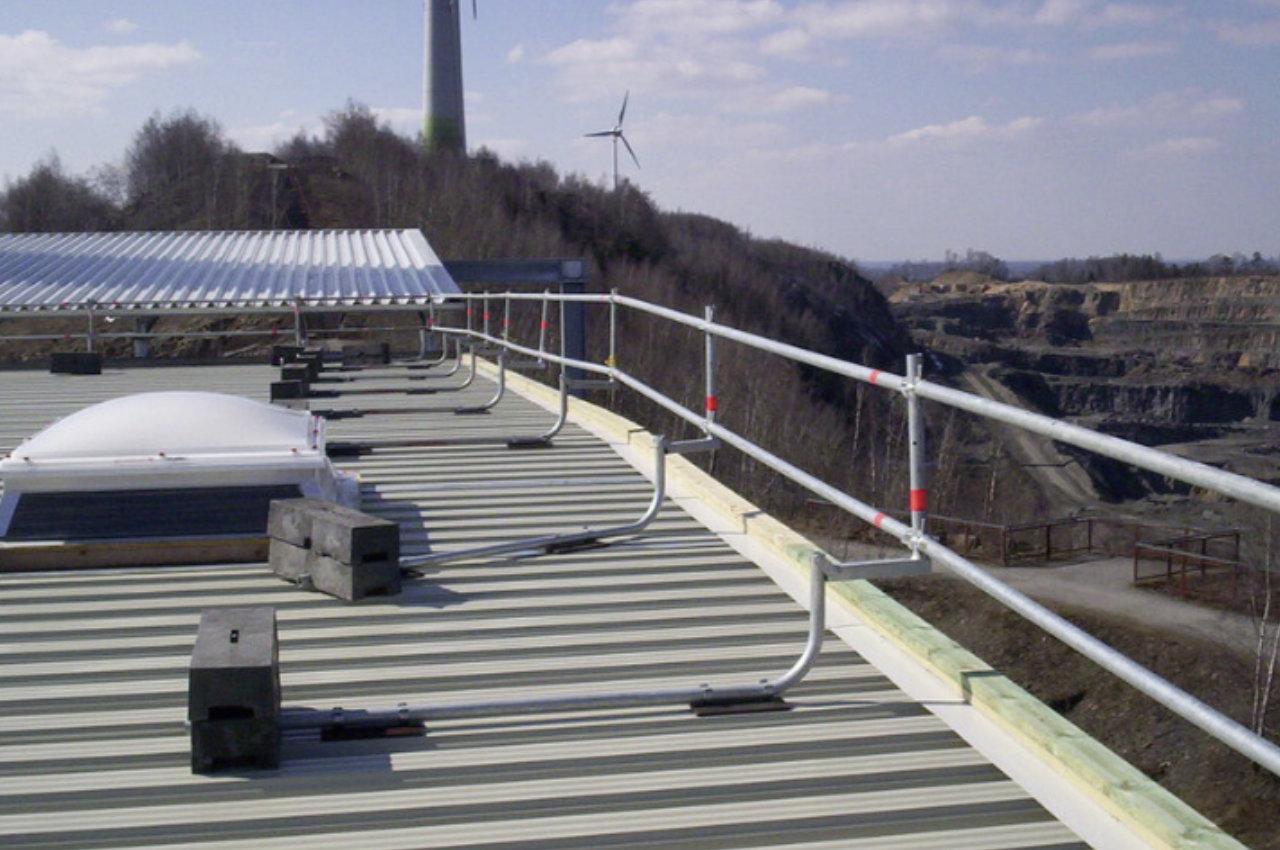 Temporäres Flachdachgeländer von Weglage auf Hallenkonstruktion
