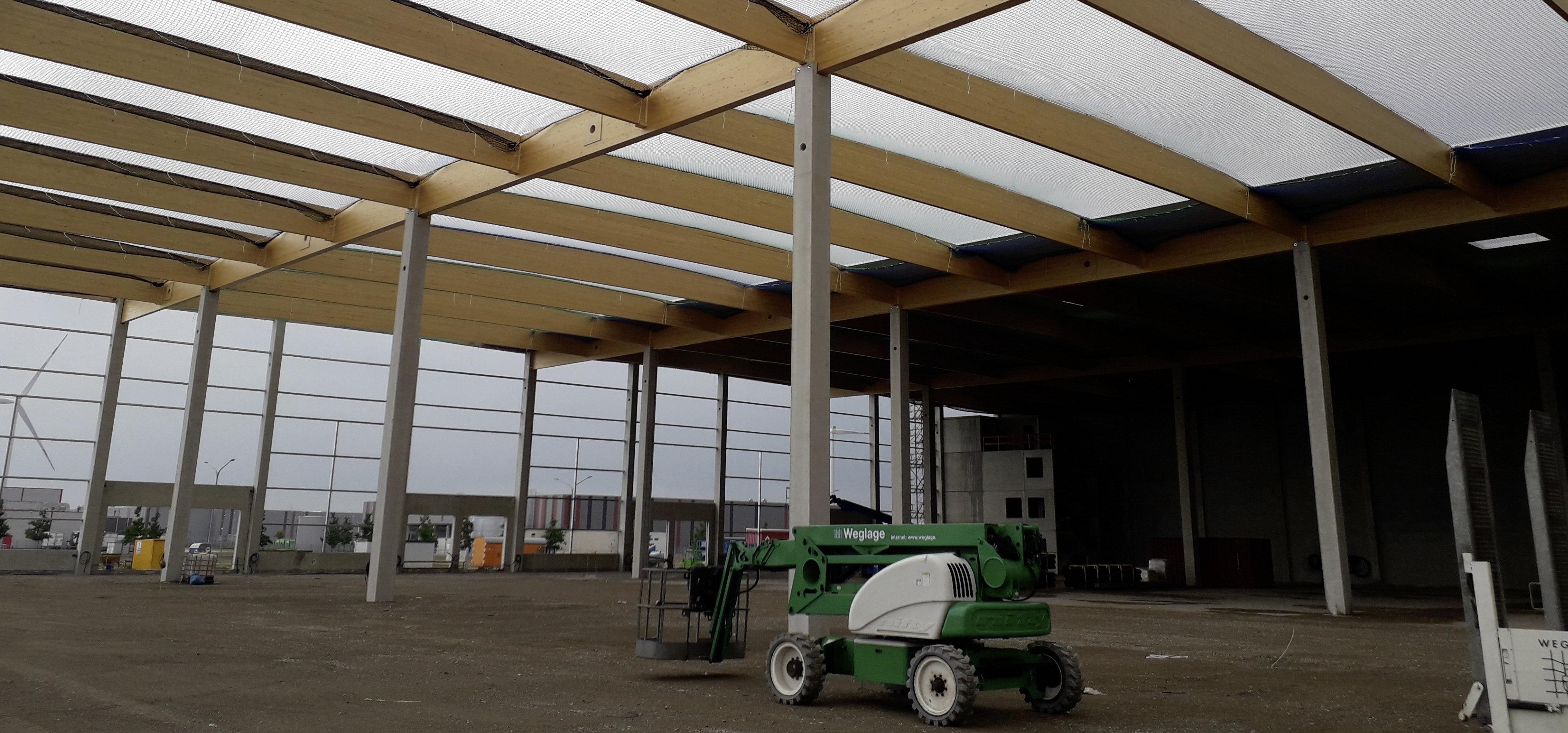 Absturzsicherung an der Dachkonstruktion eines Hallenrohbaus