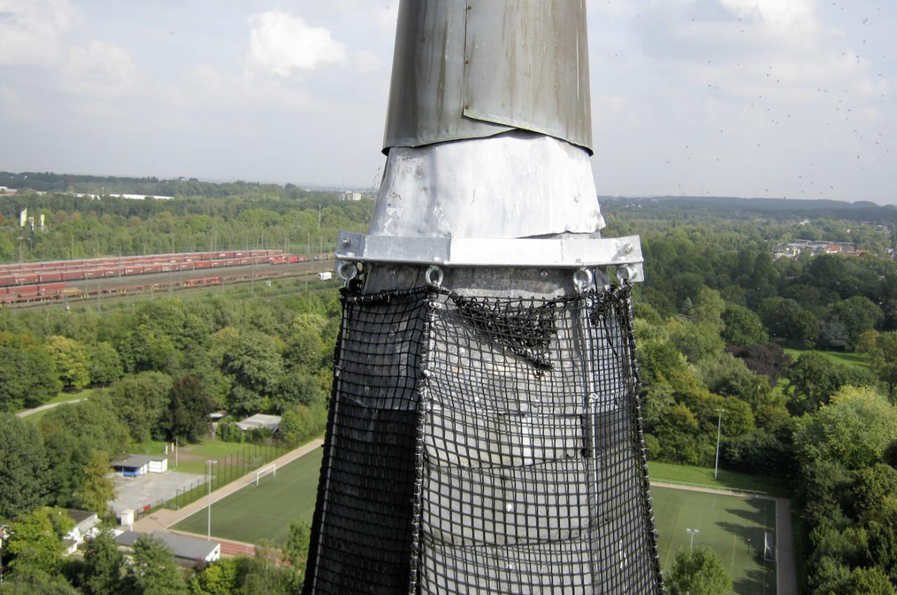 Befestigung für Schutznetz am Turm der Lutherkirche Bochum