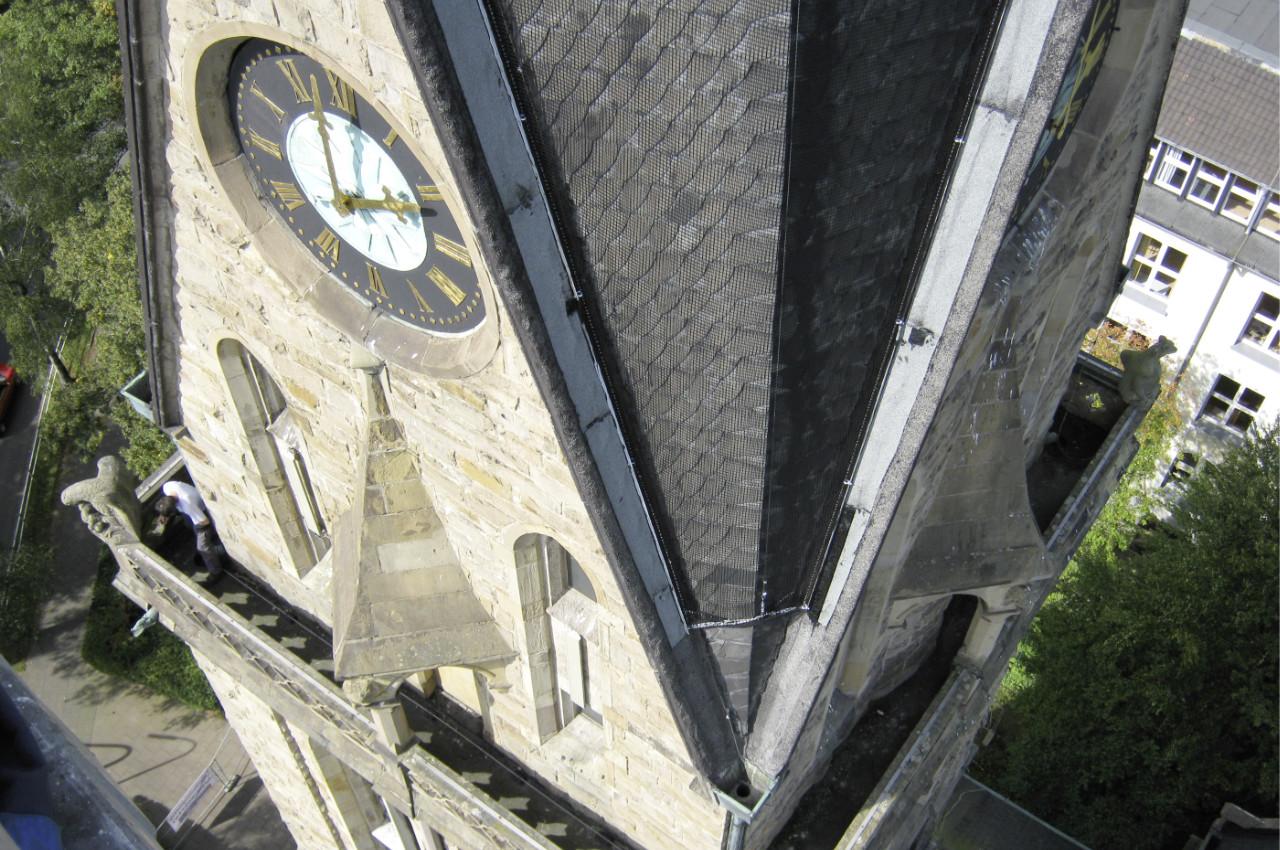 Anpassbares Schutznetz an Kirchturm