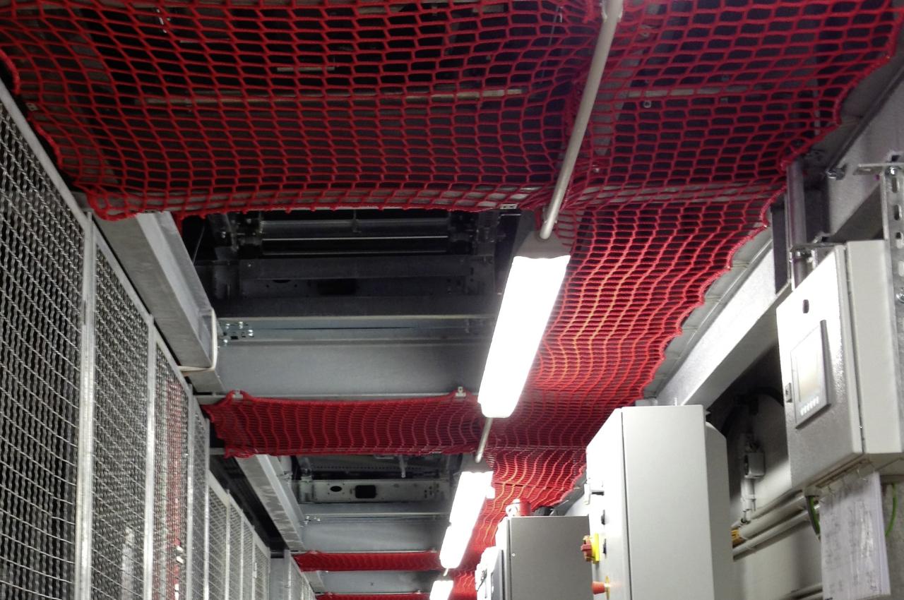 Schutznetz über Verkehrsweg in Logistikzentrum von Adidas