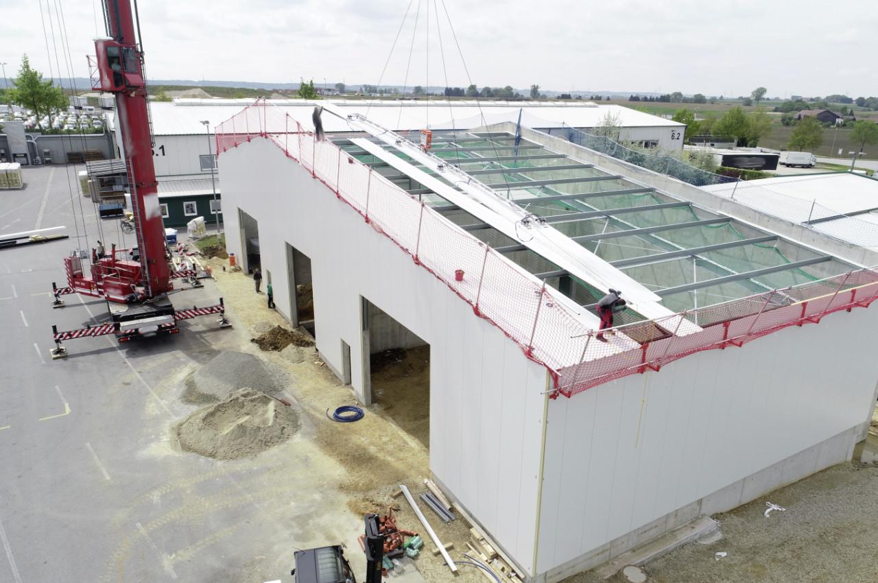 Montage von Dachelementen auf Hallenneubau
