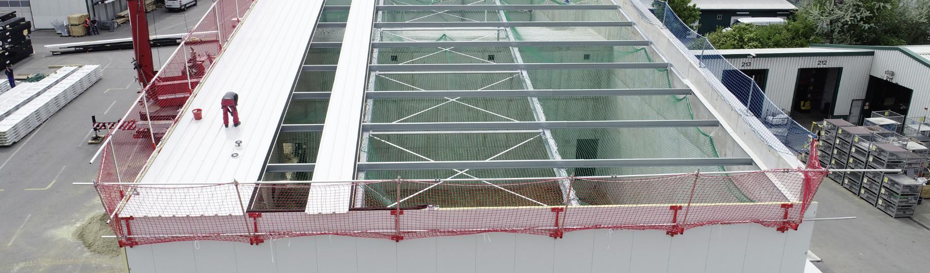 Seitenschutz an Hallenneubau mit Befestigung an Dachkante und Fassade
